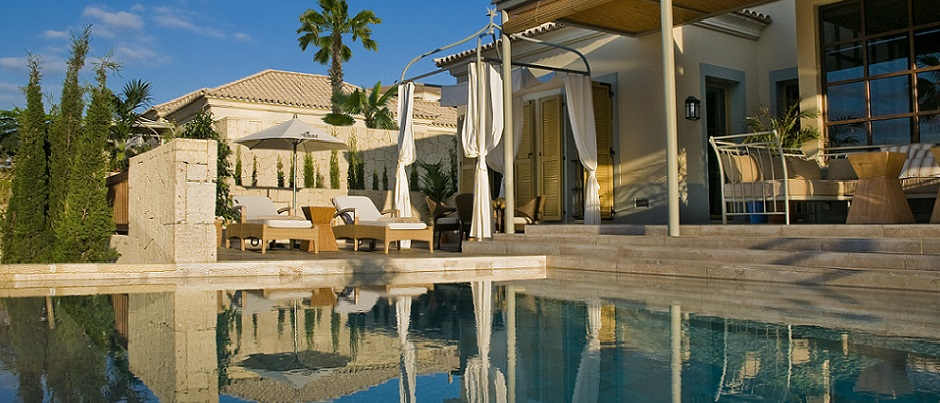 cropped V. Las Mimosas infinity pool